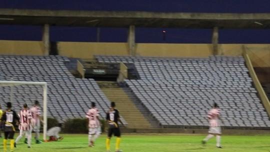 Goleiro sofre frango, e técnico não perdoa falha: manda camisa 1 para o banco; assista lance