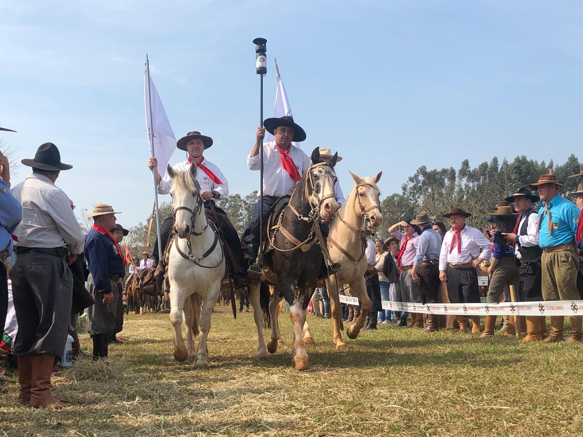 Cavaleiros conduzem Chama Crioula - Notícias - Plantão Diário