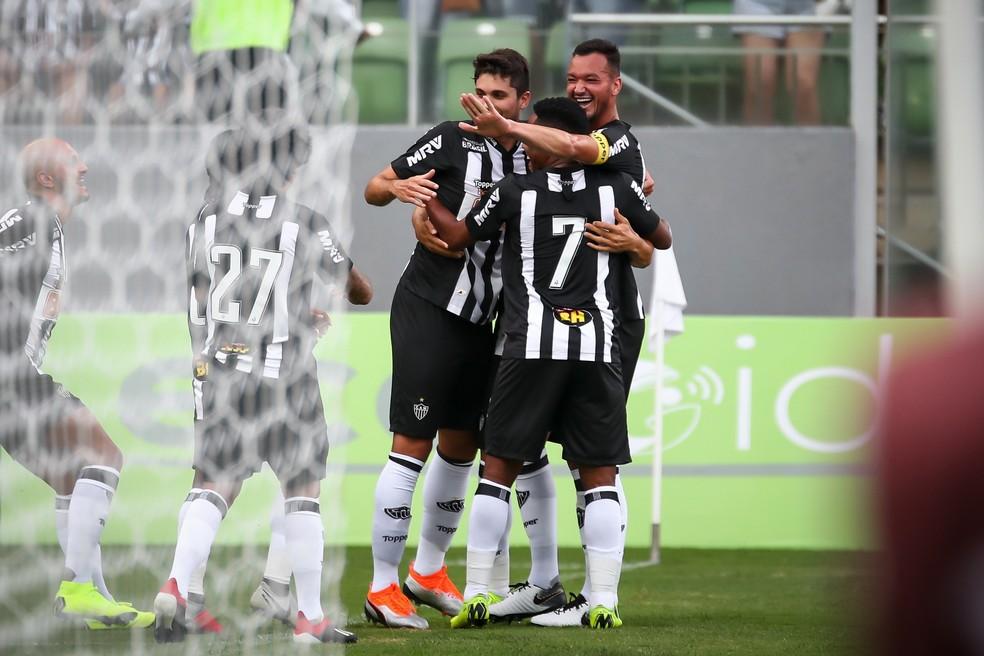 Rabello comemora com Réver e Elias na goleada sobre o Boa Esporte — Foto: Bruno Cantini/ Atlético-MG