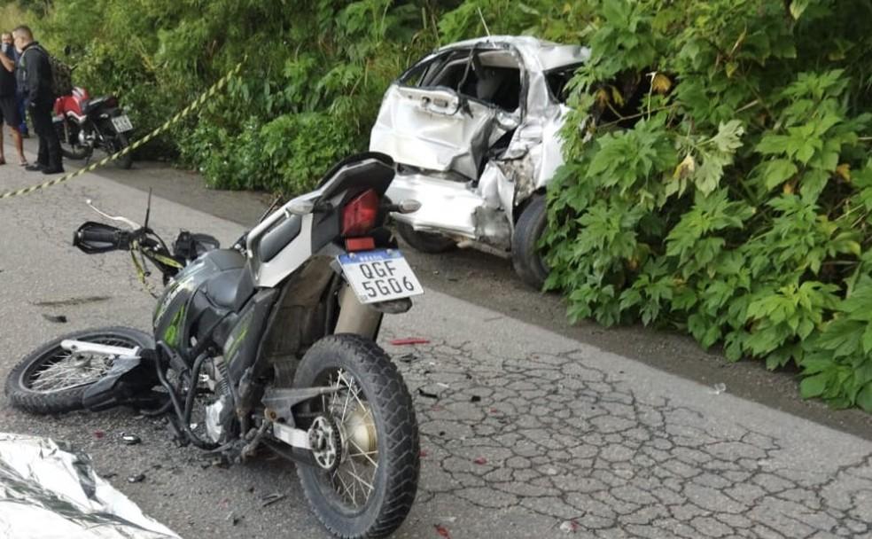 Motorista da moto morreu ainda no local do acidente, na PE-17, no início da manhã desta quarta-feira (1°) — Foto: José Neto/WhatsApp