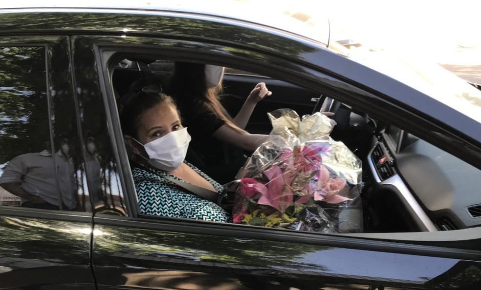 Mãe de Cauan, Shirlei ganhou uma arranjo de flores após receber alta hospitalar, em Goiânia — Foto: Vitor Santana/G1