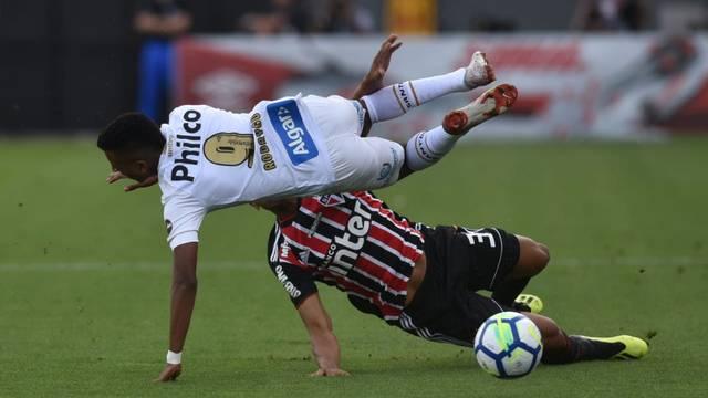 Bruno Alves entra duro em Rodrygo em Santos x São Paulo