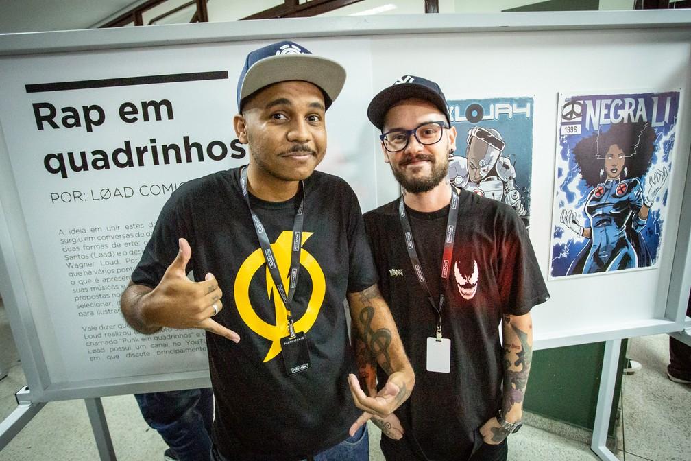 Os cartunistas Load (esq.) e Loud, orgulhosos da exposição 'Rap em quadrinhos' que fez parte da PerifaCon, no Capão Redondo — Foto: Fábio Tito/G1