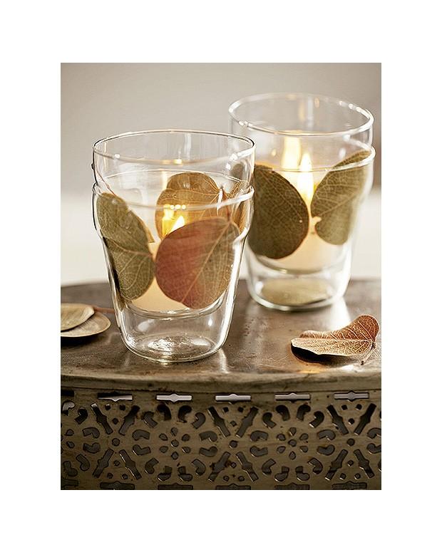 Dois vasinhos de vidro com folhas secas entre eles formam uma luminária (Foto: Elisa Correa/Editora Globo)