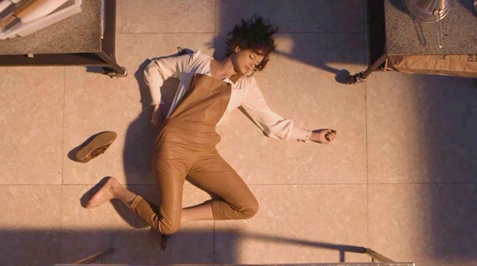 Josiane (Agatha Moreira) é tacada da janela da fábrica por Fabiana (Nathalia Dill), na novela 'A Dona do Pedaço' — Foto: Globo