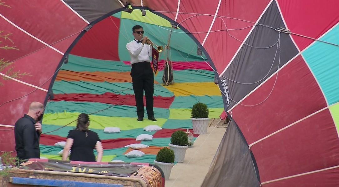 Com chuva, casamento surpresa que ocorreria nos ares dentro de balão é transferido para salão