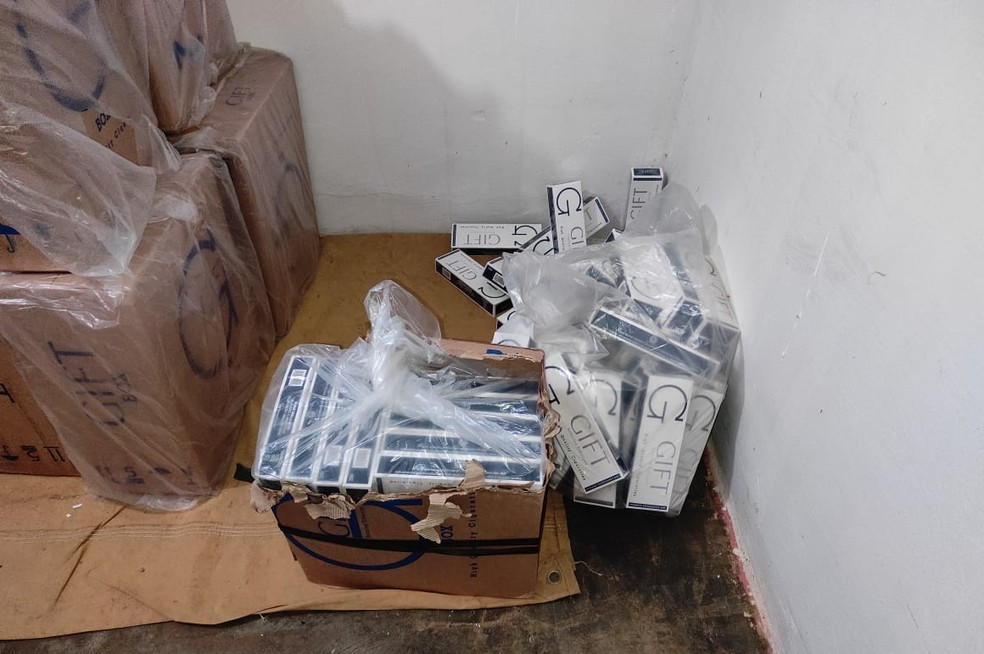 Cigarros contrabandeados foram encontrados em residência no Piauí — Foto: Divulgação/PM-PI
