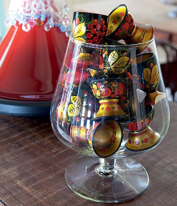 Wilfredo Gomes trouxe os copinhos de uma viagem à Rússia. Feitos à mão por artesãos, eles vão à mesa na hora de servir ovo quente ou caviar. No resto do tempo, decoram a casa em pote de vidro (Foto: Lufe Gomes/Casa e Jardim)