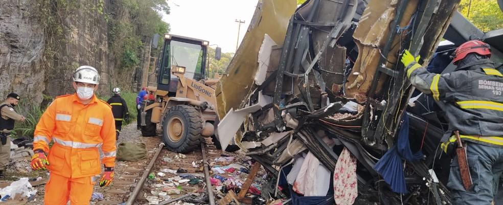Acidente de ônibus em João Monlevade  — Foto: Corpo de Bombeiros/Divulgação