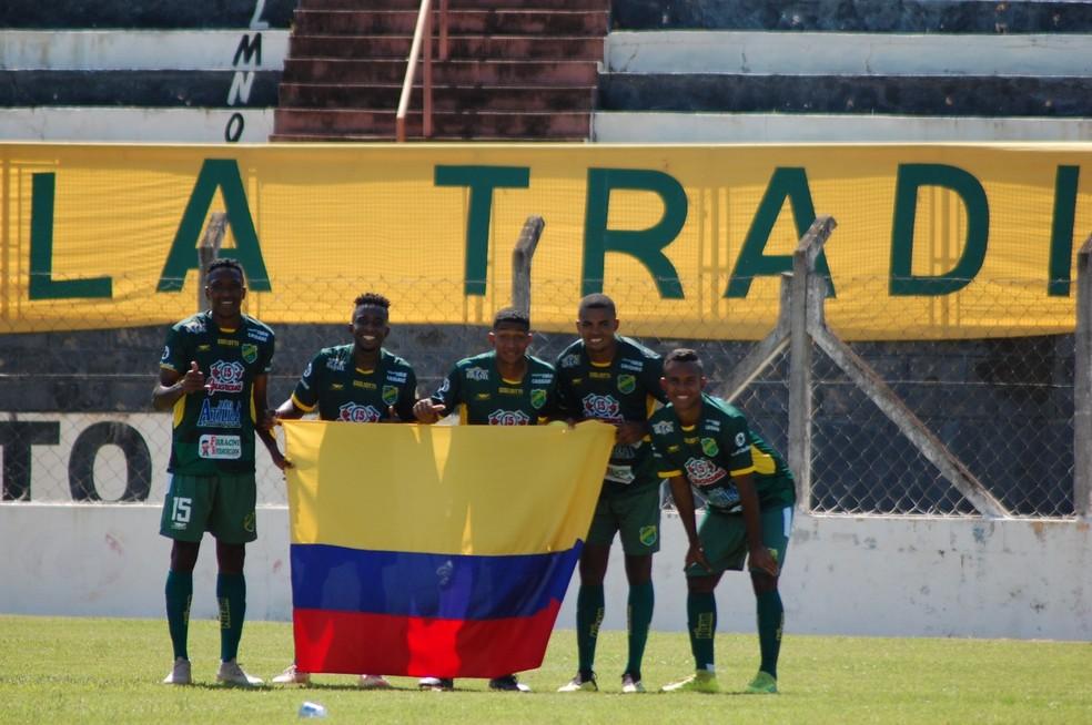 Batalla e os outros quatro colombianos que fazem parte do elenco do XV de Jaú  — Foto: Lúcio Bono