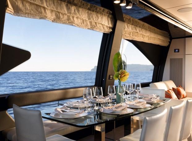 Azimut 74: A mesa de refeições acolhe oito pessoas com espaço de sobra (Foto: Divulgação)