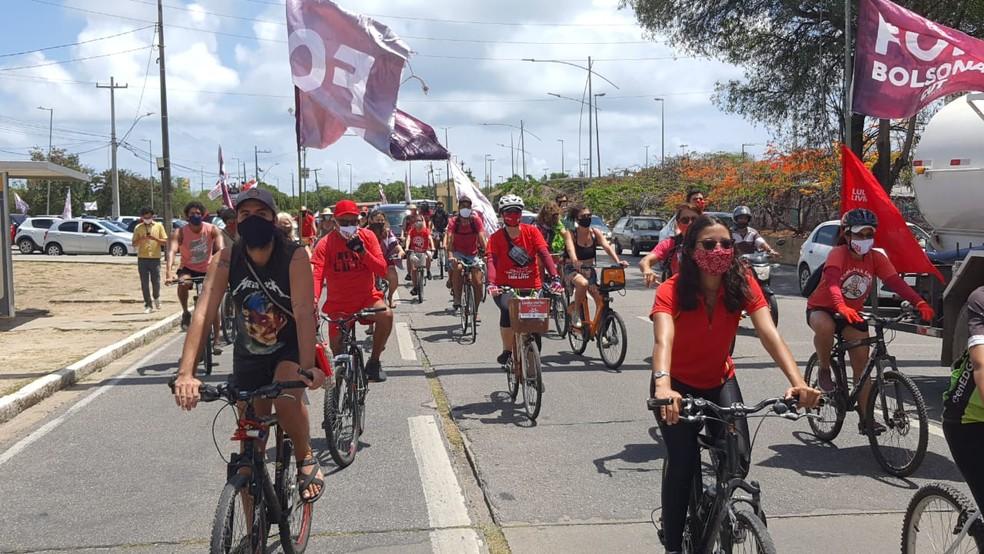 Manifestantes de bicicleta participam de ato contra o presidente Bolsonaro e a favor da vacinação contra Covid-19, neste sábado (23), no Recife — Foto: Ezequiel Quirino/TV Globo