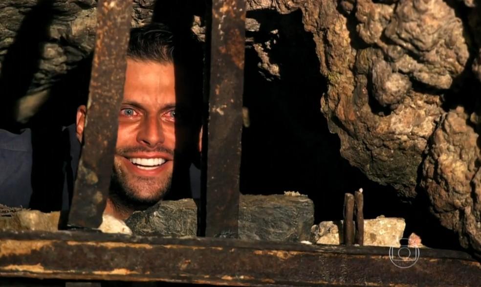 Cassiano (Henri Castelli) encontra uma saída para escapar da prisão de Dom Rafael (Cesar Troncoso), em 'Flor do Caribe' — Foto: Globo