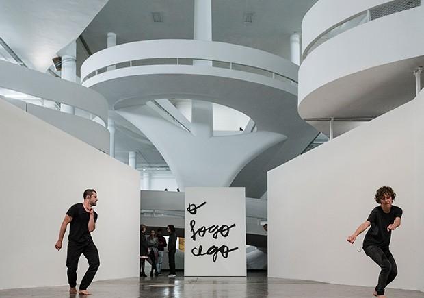 """Mercado da Arte: Performance """"Longe das Palavras"""", de Thomas Dupal, sob curadoria de Sofia Borges na Bienal (Foto: divulgação)"""