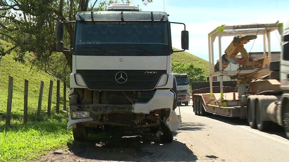 Carreta tombou com bloco de granito (Foto: Reprodução /  TV Gazeta)