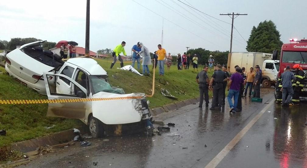 Táxi ficou partido ao meio com o impacto da batida em rodovia de Guareí (Foto: Arquivo pessoal)