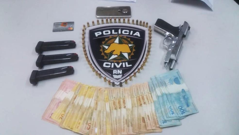 Pistola e R$ 4.200 foram apreendidos com a suspeita, que foi presa nesta quinta-feira (20) em Macaíba durante a operação Campina — Foto: Polícia Civil do RN/Divulgação