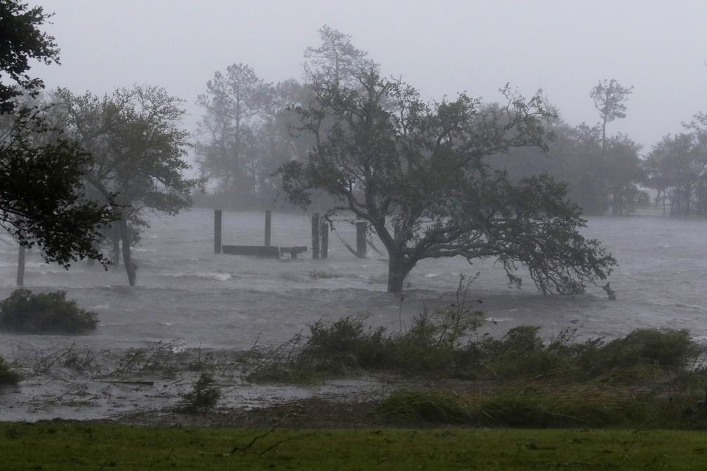 Fortes ventos e chuvas do furacão Florence atingem nesta sexta-feira  (14) a cidade de Swansboro, na Carolina do Norte — Foto: AP Photo/Tom Copeland