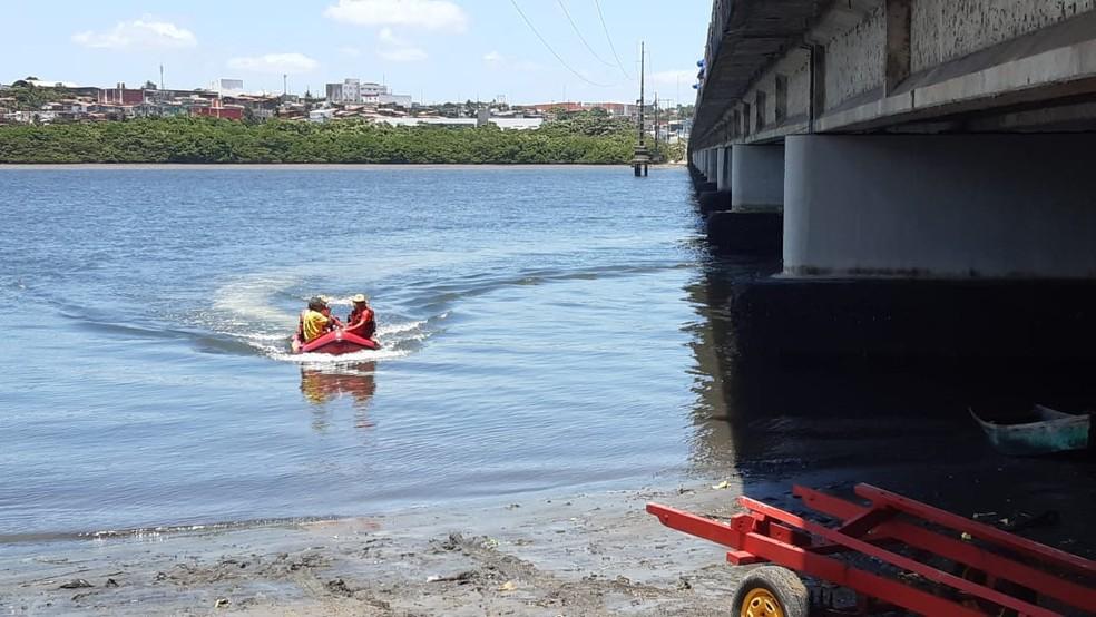 Corpo de Bombeiros fez o resgate do corpo no Rio Potengi — Foto: Sérgio Henrique Santos/Inter TV Cabugi