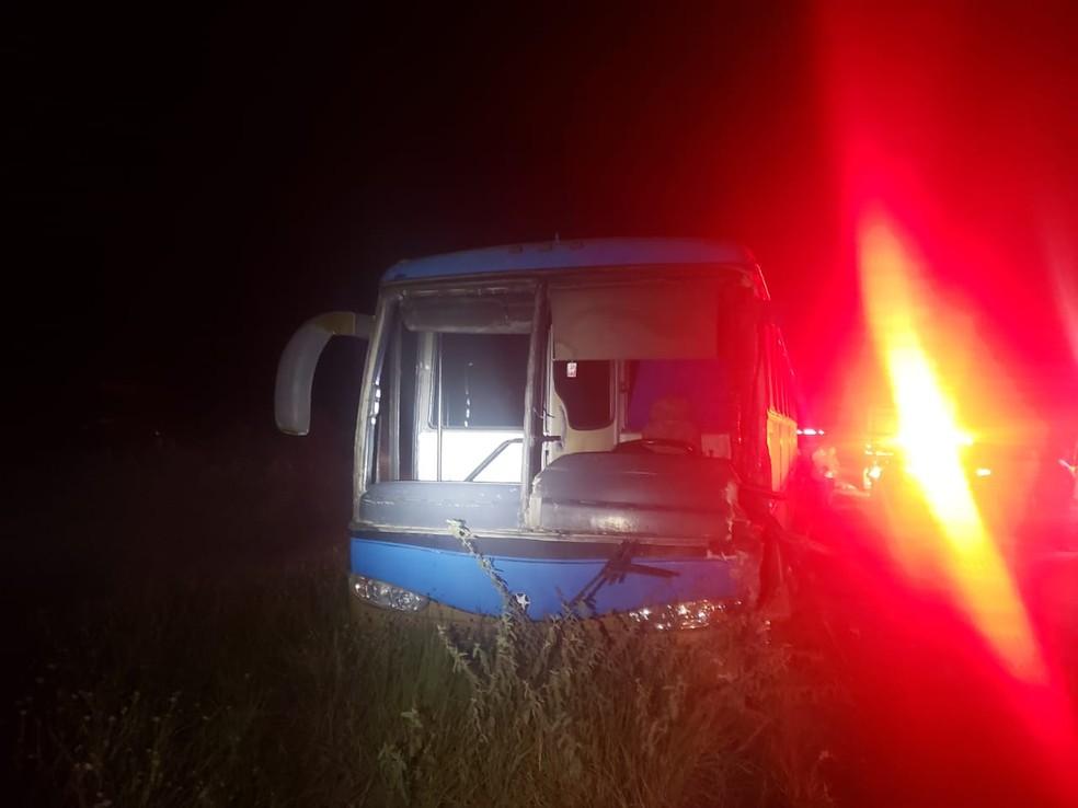 Estudantes, que moram em Ibirapoã e estavam a caminho da faculdade em Teixeira de Freitas, não tiveram ferimentos. — Foto: Polícia Rodoviária Federal (PRF)