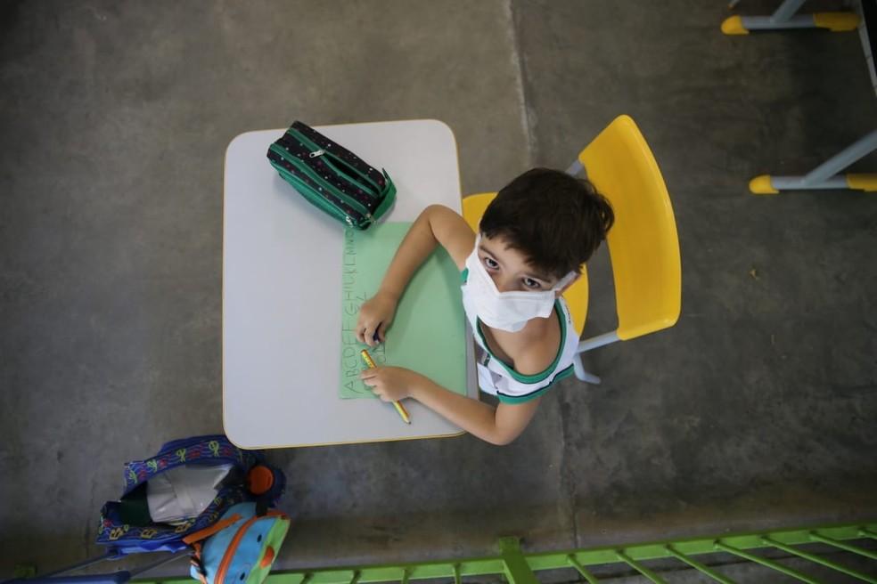 Alunos usaram máscaras de proteção para participar das aulas em Fortaleza — Foto: Helene Santos/SVM