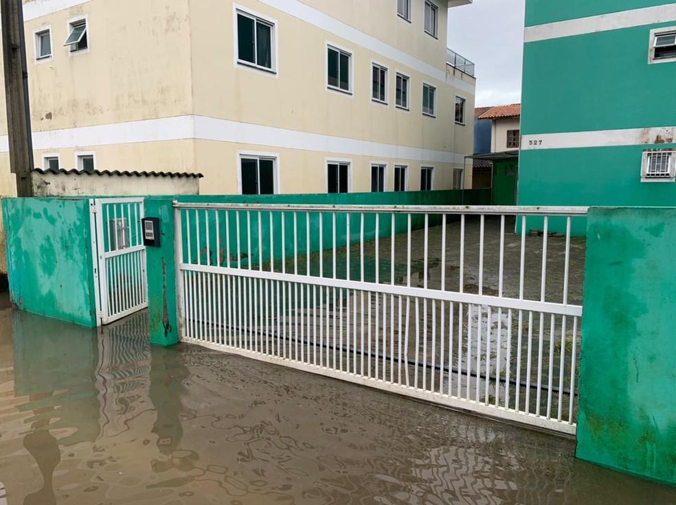 Chuva invadiu prédios residenciais no bairro Ingleses, em Florianópolis — Foto: Mateus Castro/ NSC TV
