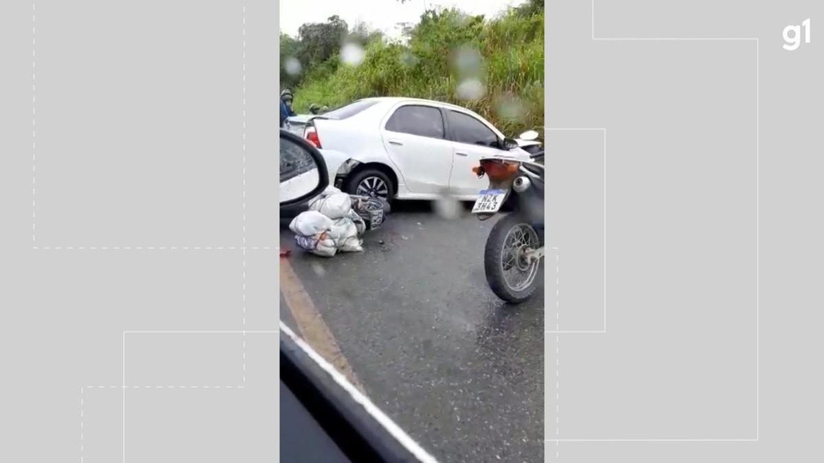 Acidente envolvendo dois carros e uma motocicleta deixa feridos na BA-528, em Salvador