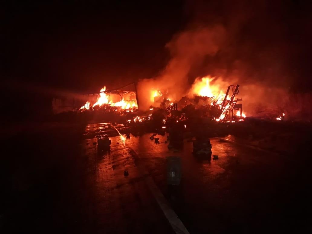 Caminhoneiro morre carbonizado e cinco pessoas ficam feridas em acidente na BR-135, em Montes Claros
