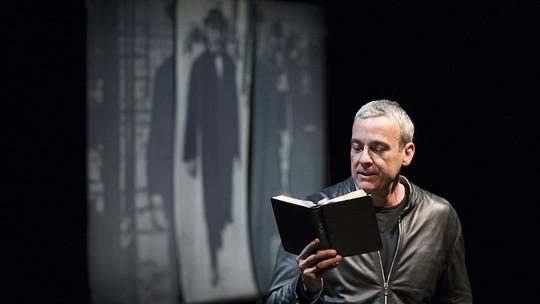 Alexandre Borges recita poemas de Vinicius e Pessoa em peça; assista!