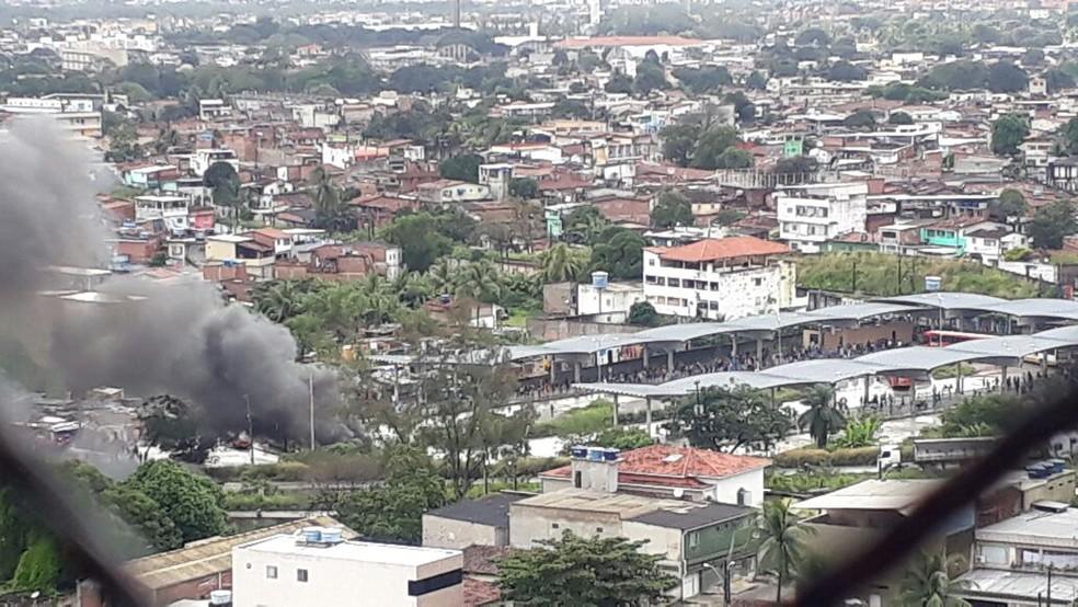 De longe, é possível observar fumaça nas proximidades de estação de ônibus, na Zona Oeste do Recife (Foto: Renato Ramos/ TV Globo)