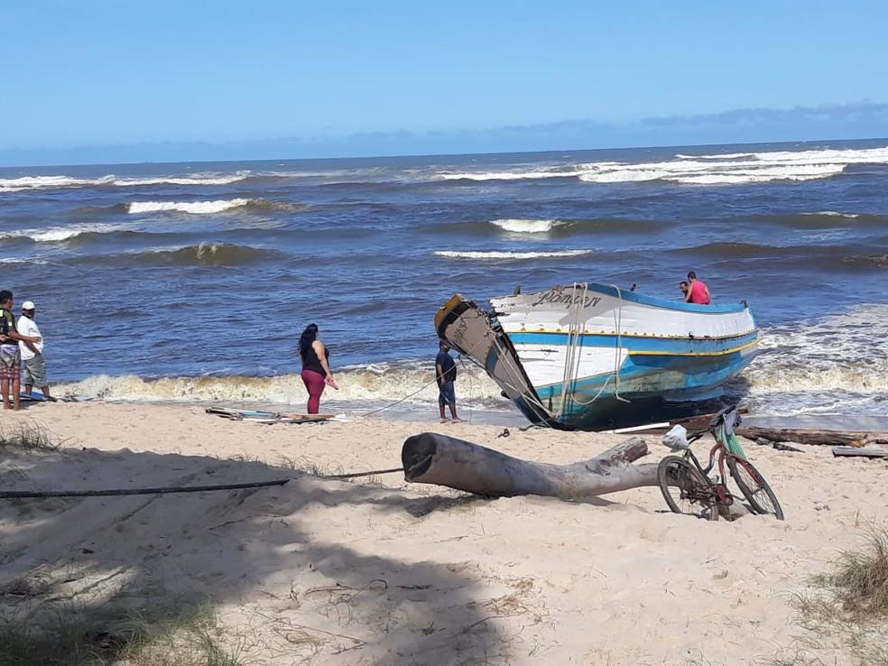 Guincho foi usado para desvirar o barco na orla de Itanhaém, SP — Foto: João Amaro/G1