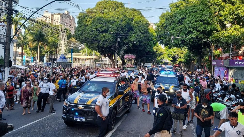 Fiéis acompanham a saída da imagem peregrina da Basília Santuário — Foto: Antenor Filho