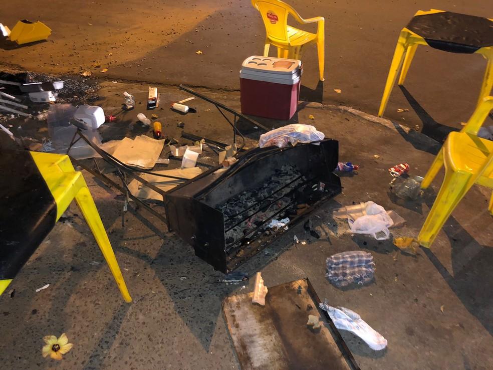 Clientes de cervejaria estavam sentados no canteiro central de avenida de Birigui — Foto: Arquivo pessoal