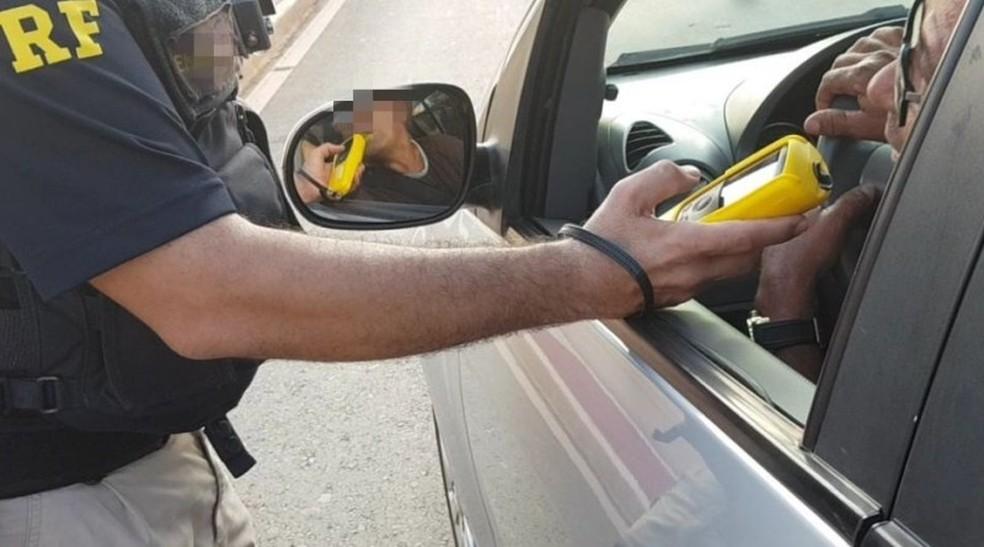 Dirigir embriagado é uma das principais infrações cometida pelos condutores no Carnaval — Foto: PRF-MT/Assessoria