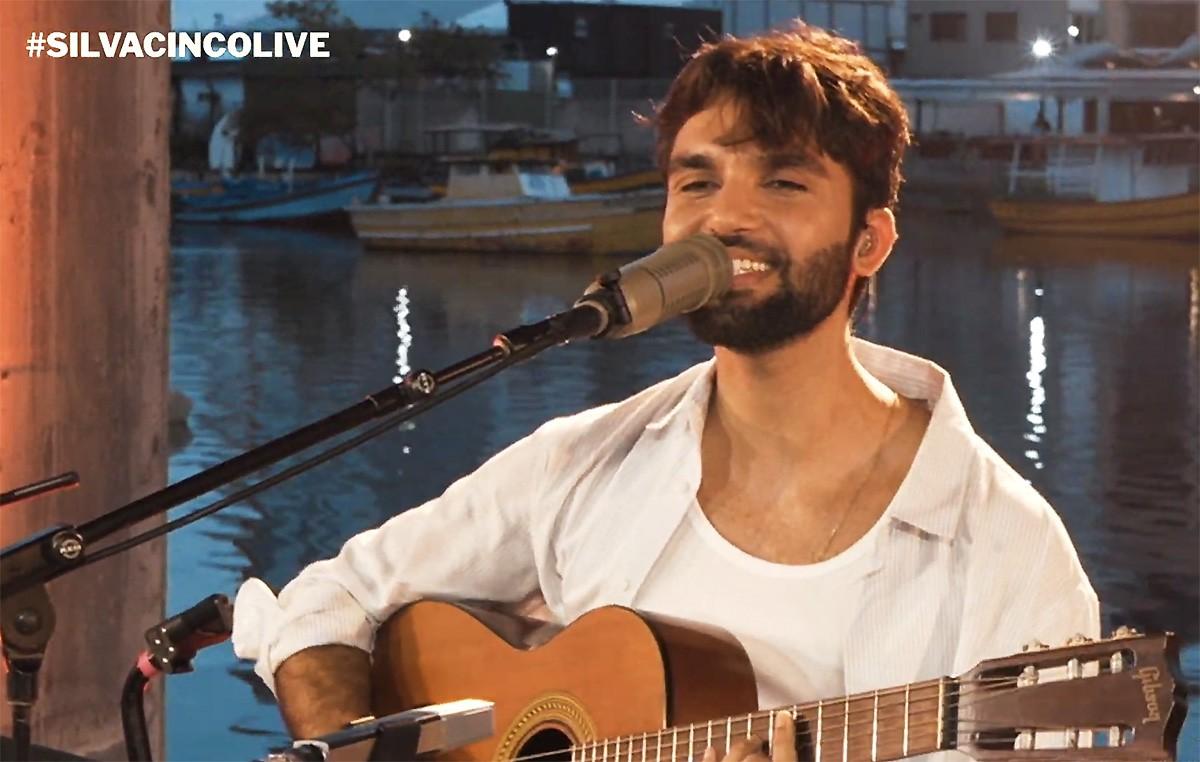 Silva refresca cancioneiro autoral brasileiro com bossas, brisas e sopros no show do álbum 'Cinco'