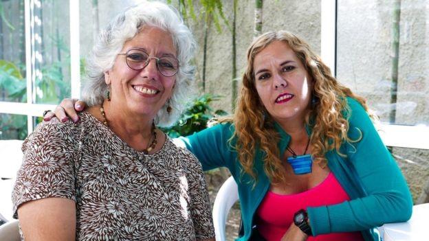 Yuraima Cruz (dir.) costumava trabalhar como psicóloga do governo, mas, hoje, atende em um consultório e cobra em dólar (Foto: BBC)