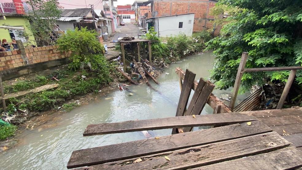 Motorista tenta passar por ponte de madeira e carro cai em igarapé em Manaus — Foto: Patrick Marques/G1 AM