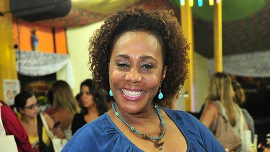 Dhu Moraes admite que não é uma boa cozinheira como personagem em 'Cheias de Charme': 'Eu me viro'