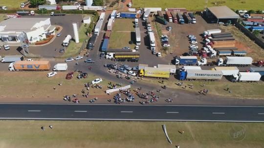 Caminhoneiros fazem protesto contra alta do diesel na Rodovia Brigadeiro Faria Lima em Bebedouro, SP