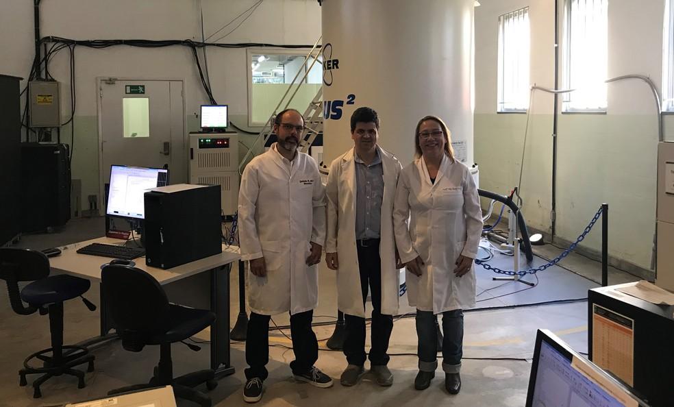 Da esquerda para a direita, os professores Robson Monteiro, Fabio C. L. Almeida e Ana Paula Valente, da UFRJ  — Foto: Acervo pessoal