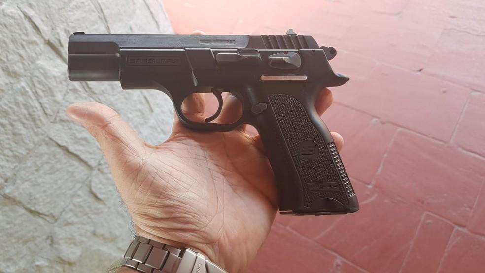 Arma apreendida com casal após assassinato dentro de restaurante em Natal (Foto: PM/Divulgação)