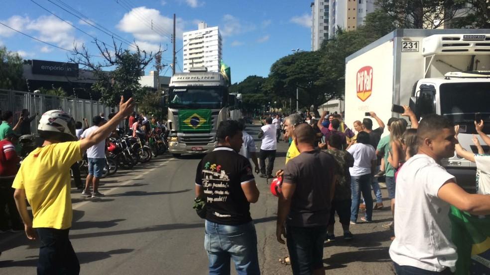 Em Montes Claros, moradores se reuniram no Centro da cidade em apoio aos caminhoneiros (Foto: Reportagem/Inter TV)