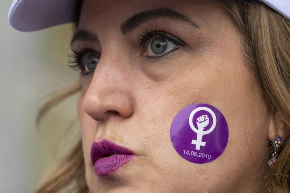Manifestante em Genebra nesta sexta-feira (14). — Foto: Martial Trezzini/Keystone via AP