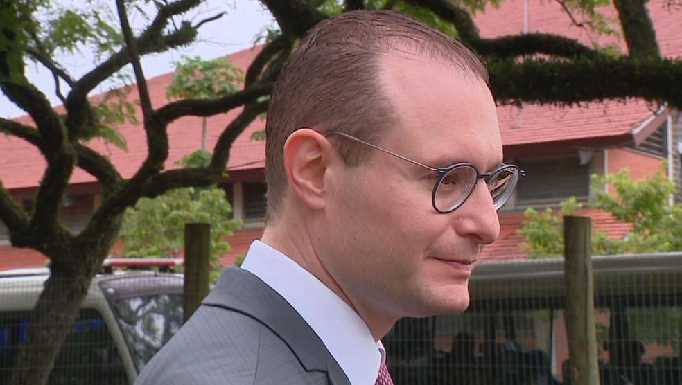 Cristiano Zanin Martins, advogado de Lula, em visita ao TRF-4, em Porto Alegre (Foto: Reprodução/RBS TV)