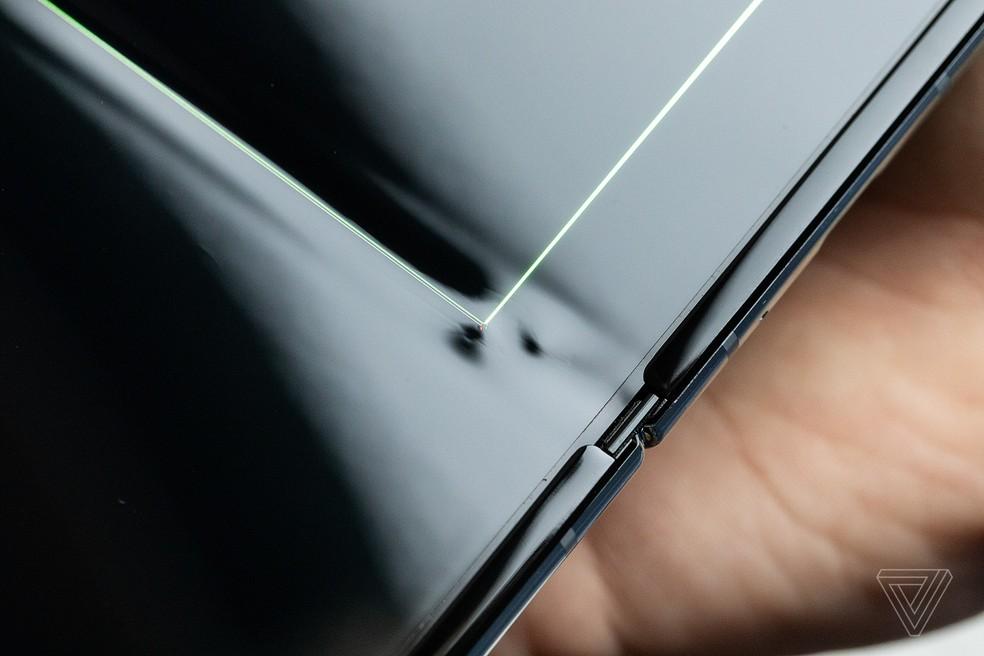The Verge detectou furo na tela dobrável do Fold — Foto: Reprodução / James Bareham/ The Verge