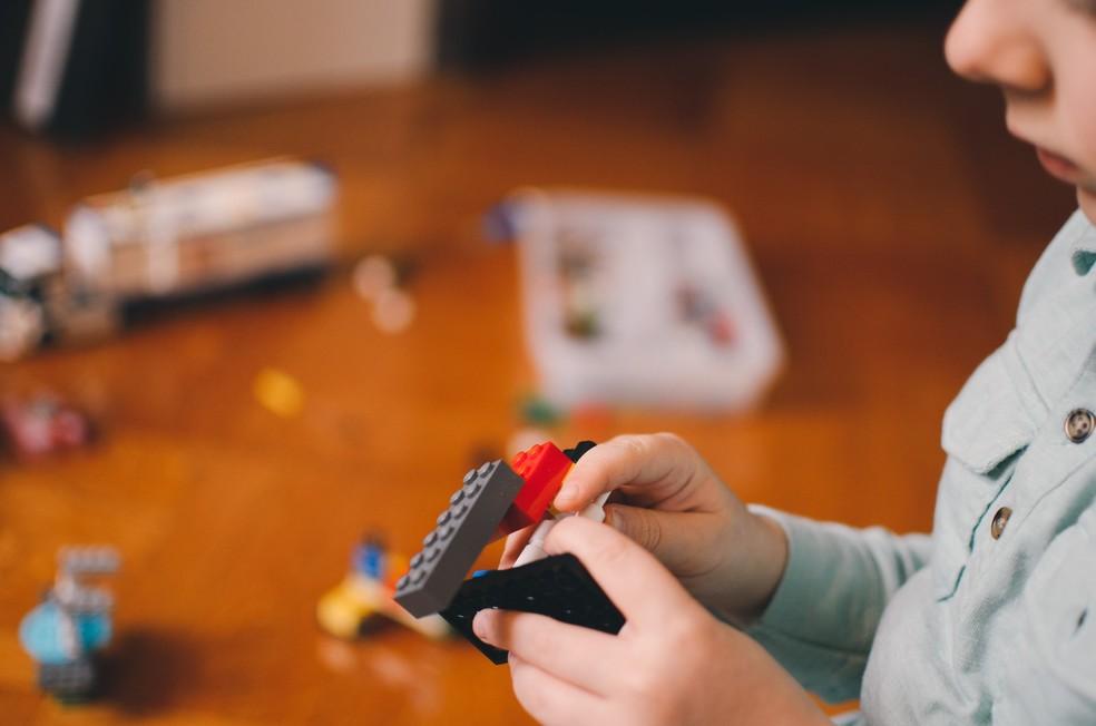 Inclua na rotina atividades como brincar com jogos de montar que, mesmo sendo realizadas sentadas, não são passivas e oferecem outros estímulos — Foto: Unsplash