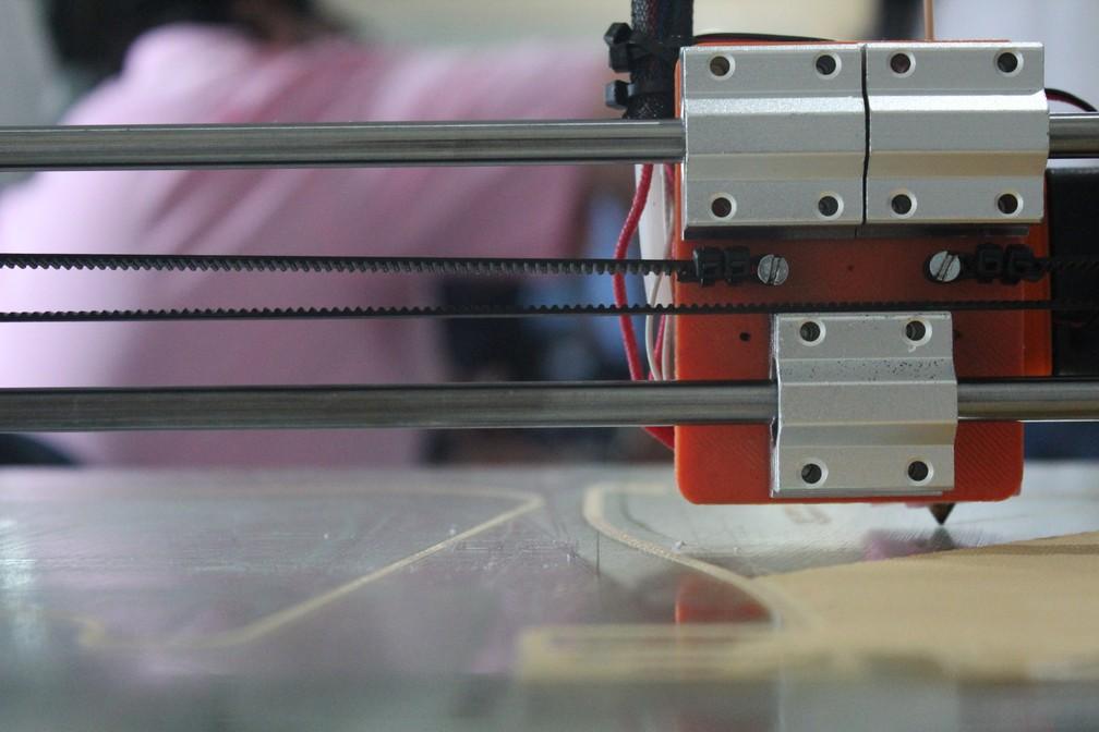 Impressora 3D em que a prótese de João Victor foi feita, em Porto Velho.  — Foto: Pedro Bentes/G1