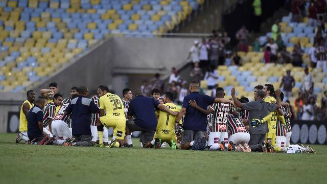 Jogadores e comissão técnica fazem corrente de oração para agradecer