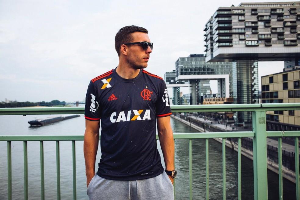 Podolski posa com camisa do Flamengo: atacante mantém relação de carinho com o clube (Foto: Arquivo pessoal)