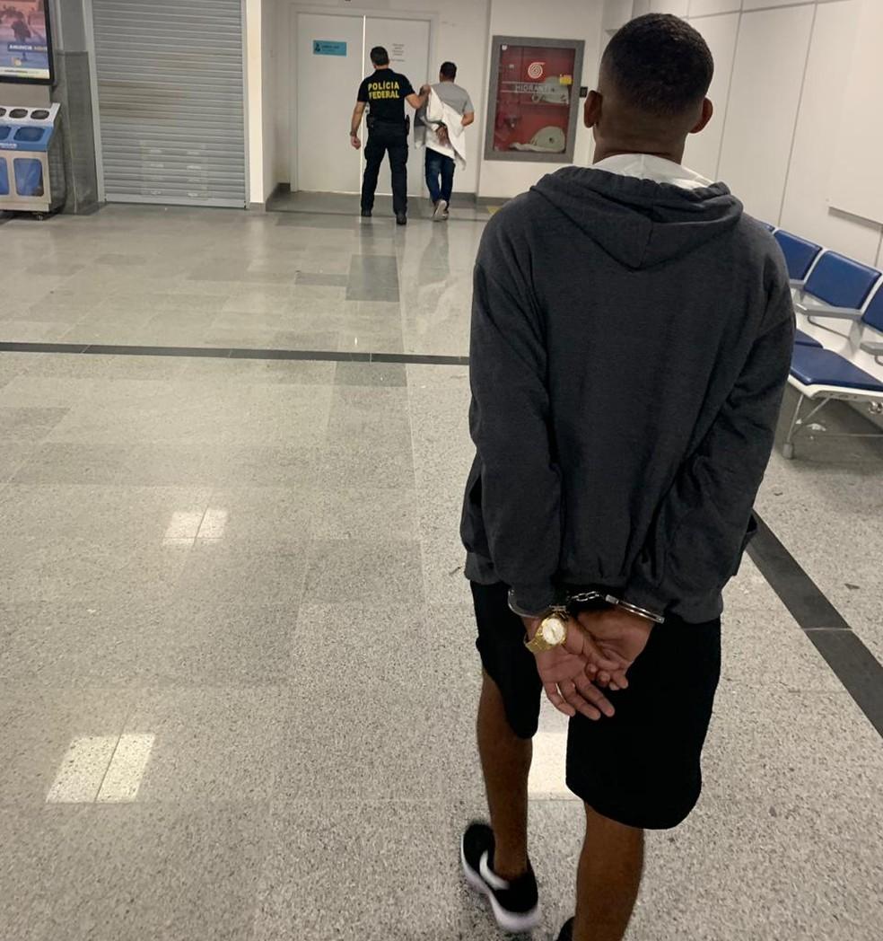 Homem foi preso no aeroporto de Salvador, neste sábado (4) — Foto: Polícia Civil/ Divulgação